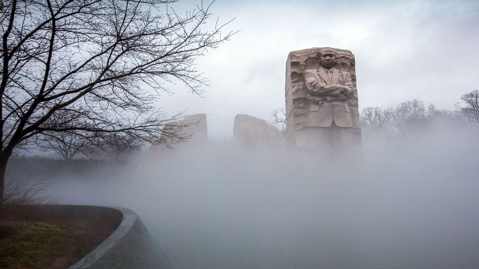 Névoa envolve o Memorial Martin Luther King Jr. em Washington, em 12 de janeiro de 2018, ...