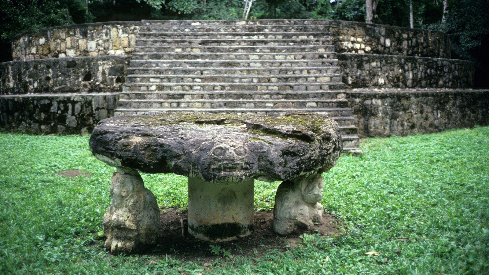 A cidade maia de Ceibal, na Guatemala, tem evidências das atividades cerimoniais mais antigas da região. ...