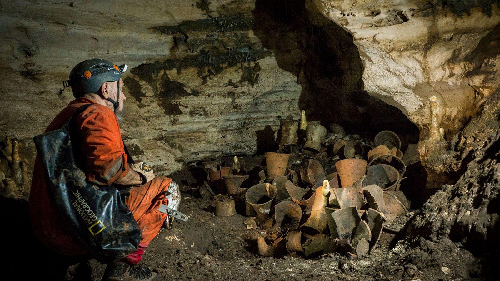 Guillermo de Anda, explorador da National Geographic, examina uma área de vasos de rituais dentro da ...