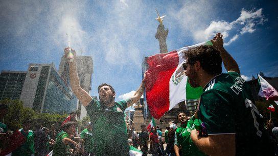Fãs celebram a vitória na Copa do Mundo na Cidade do México em 17 de junho.