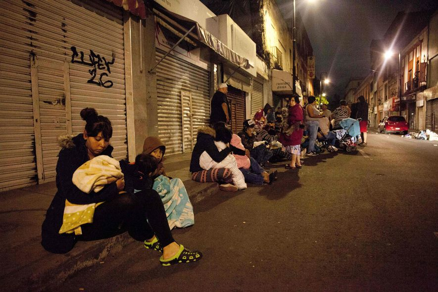 Pessoas se reúnem em uma rua no centro da Cidade do México durante o terremoto de …