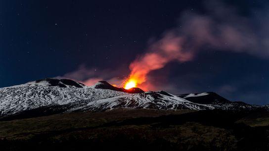 Lava explode no Monte Etna, na Sicília, durante uma magnífica erupção em 2013.