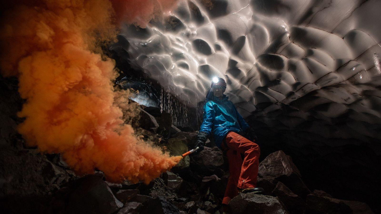 O cientista Andreas Pflitsch, da Universidade Ruhr da Alemanha, lança um sinalizador de fumaça em uma ...