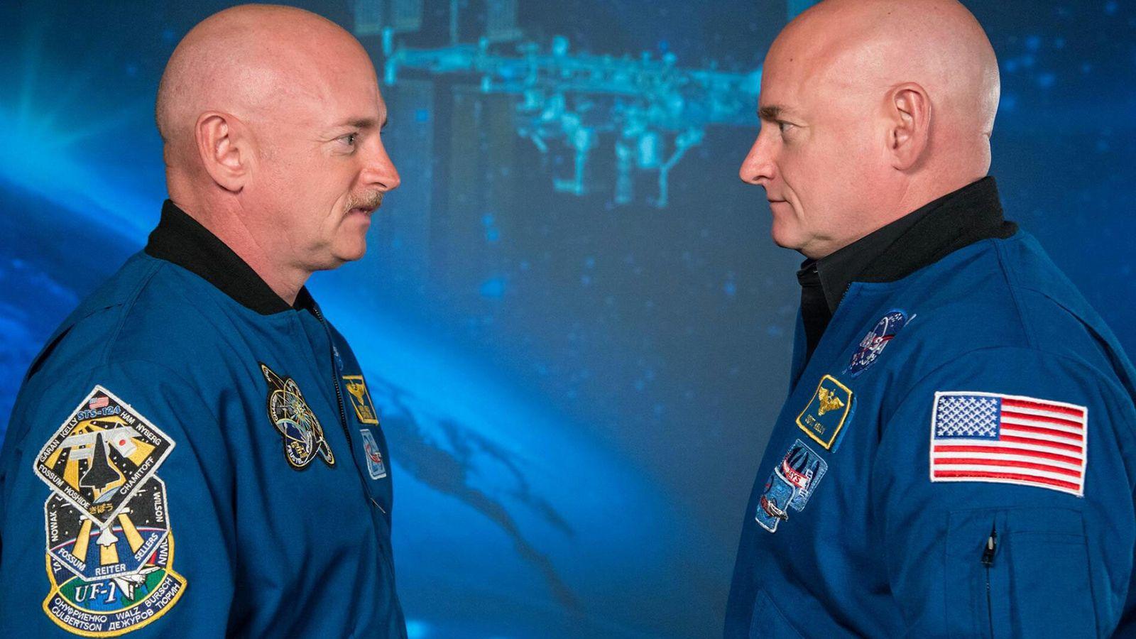 Os ex-astronautas da NASA e gêmeos idênticos Scott Kelly (à direita) e Mark Kelly. Scott passou ...