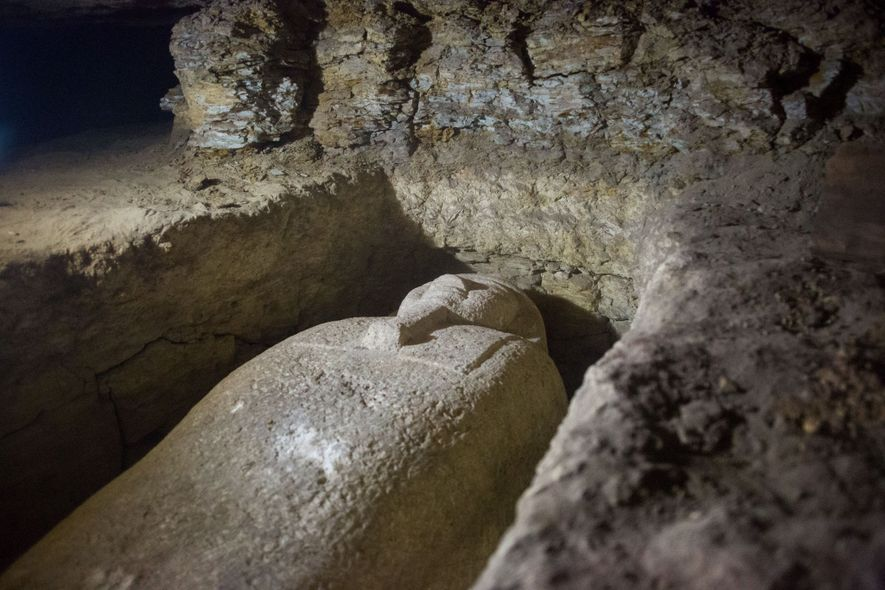 Um dos 40 sarcófagos descobertos em um grande cemitério na província de Minya, no Egito, ao ...