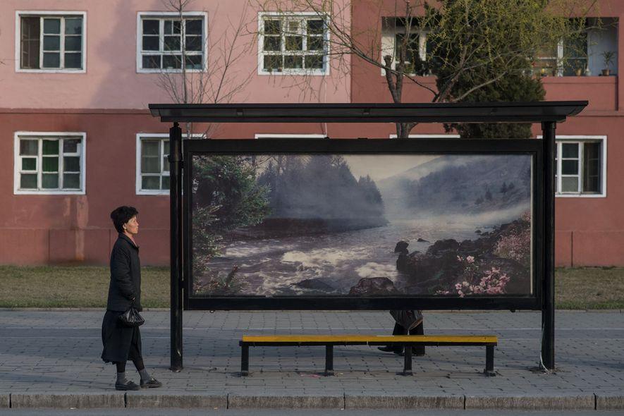 Em foto de 9 de abril de 2017, passageiros esperam em um ponto de ônibus de ...