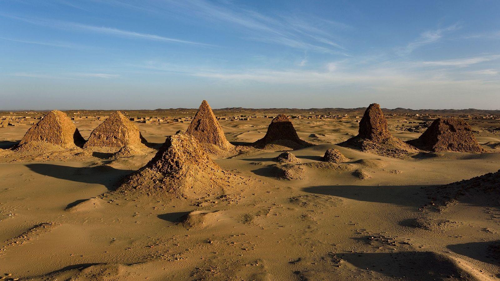 Vista da necrópole real núbia, em Nuri, com a pirâmide do Rei Siaspiqa (r. 487– 468 ...