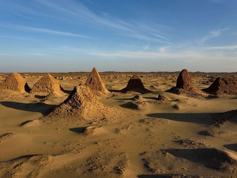 Mergulho sob as pirâmides: sarcófago de faraó negro de 2 mil anos está submerso e parece ...