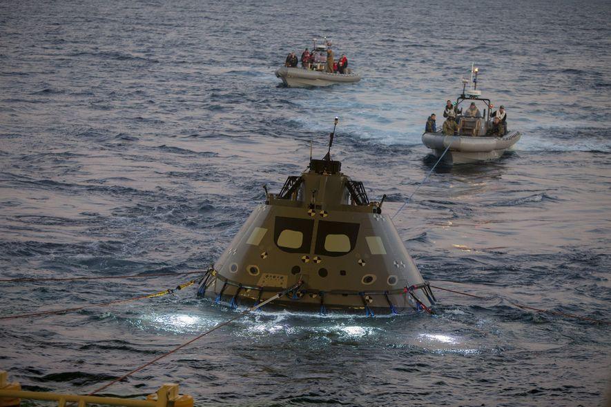 Uma equipe conjunta de recuperação da Nasa e da Marinha passou recentemente uma semana a bordo ...