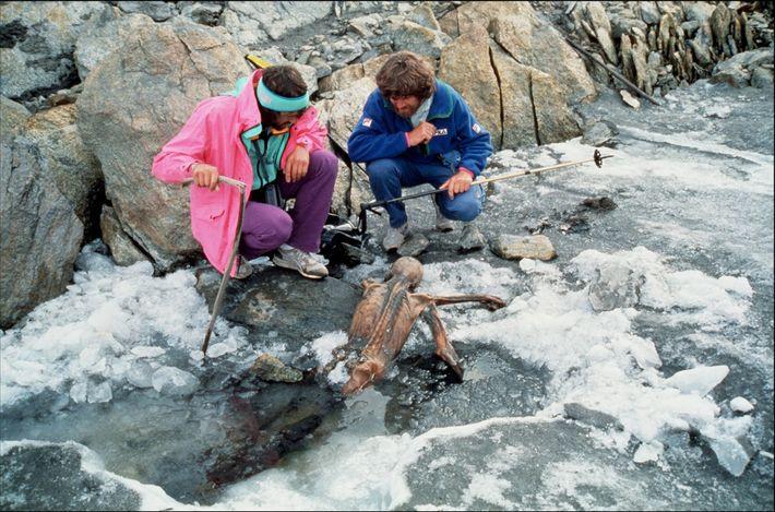 O montanhista Reinhold Messner, à direita, e seu colega inspecionam os restos mumificados de Ötzi, o ...