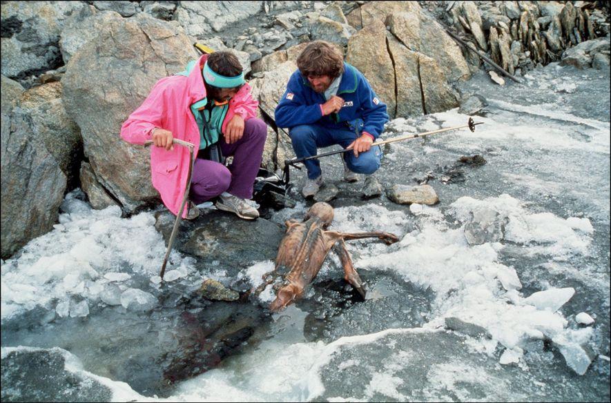 O montanhista Reinhold Messner, à direita, e seu colega inspecionam os restos mumificados de Ötzi, o Homem do Gelo, após sua descoberta em 1991.