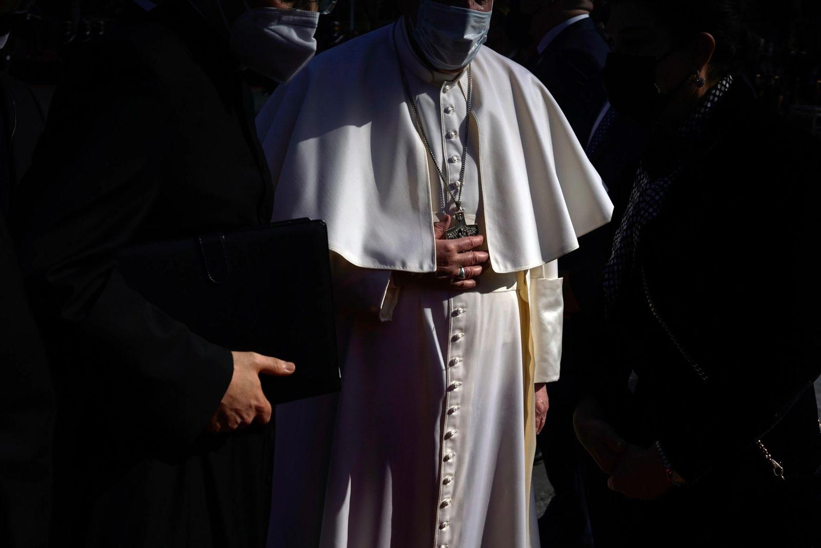 Papa Francisco recebe as boas-vindas no palácio presidencial em Bagdá logo após a chegada do pontífice ...