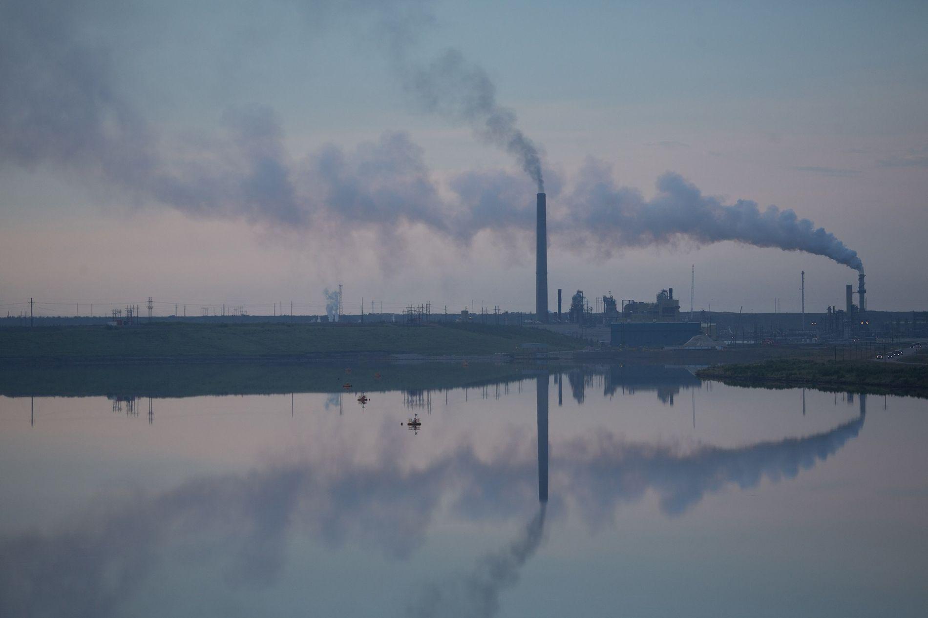 Usinas de exploração de areias betuminosas, como esta no Canadá, contribuem mais para as emissões de ...
