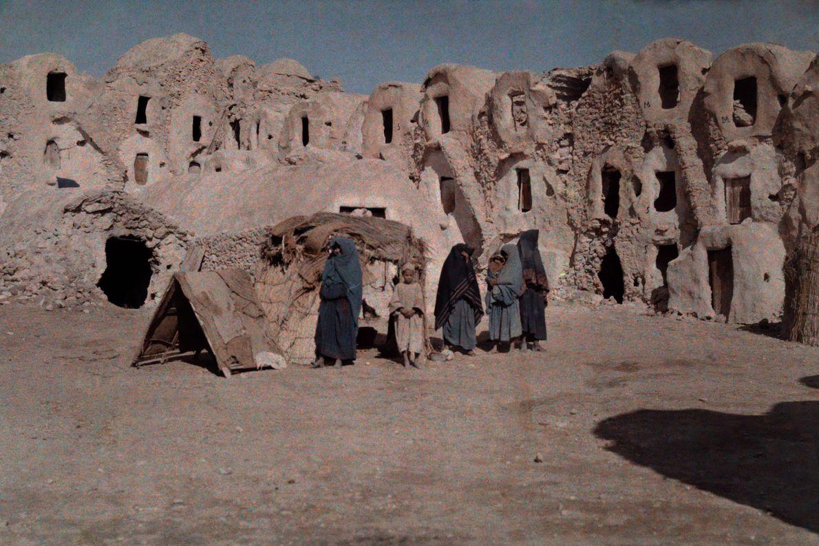 Residentes em frente a suas moradias em cavernas em Matmata, na Tunísia.