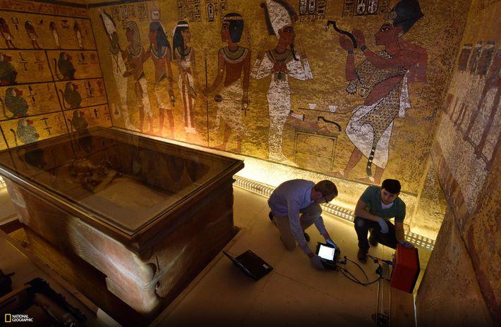 Em uma segunda investigação na tumba, em 2016, os técnicos da National Geographic Eric Berkenpas e ...