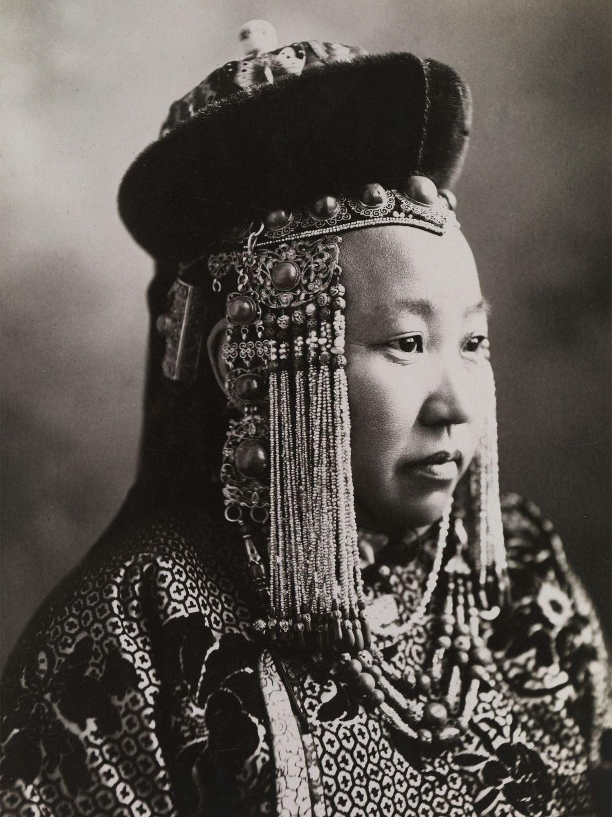 Uma princesa da Mongólia veste um completo vestido cerimonial, incluindo um tradicional chapéu mongol.