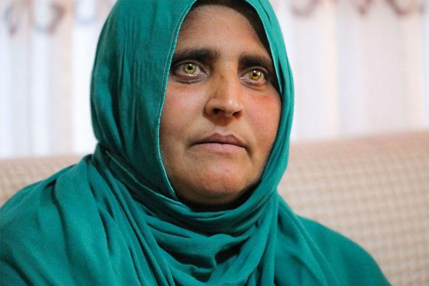 """Conhecida mundialmente como a """"Menina Afegã"""", Sharbat Gula tem hoje 45 anos e 4 filhos."""