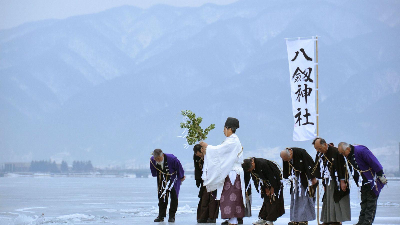 Monges de Shinto no Lago Suwa