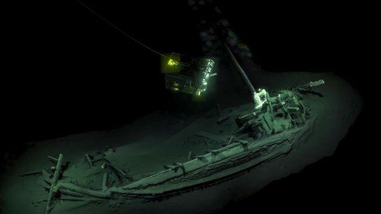 Um Veículo de Operação Remota (ROV) capta imagens do navio mercante de 2,4 mil anos, que ...