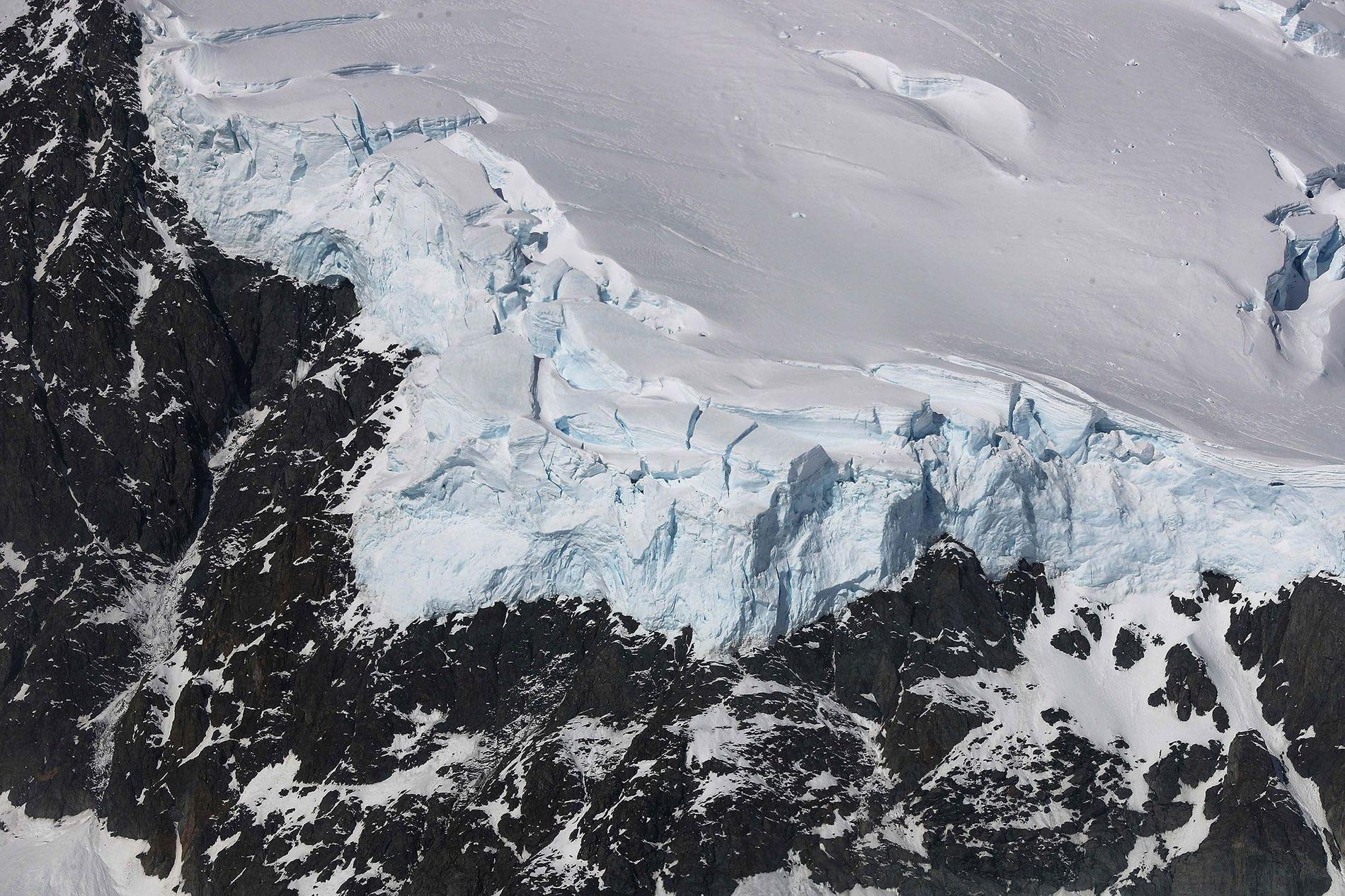 Encontro de gelo e rocha na península Antártica, em uma fotografia tirada pela Operação IceBridge da ...