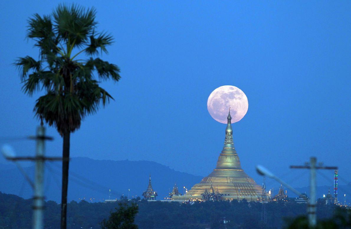 A superlua ergue-se atrás de Uppatasanti Pagoda, vista de Naypyitaw, Myanmar.