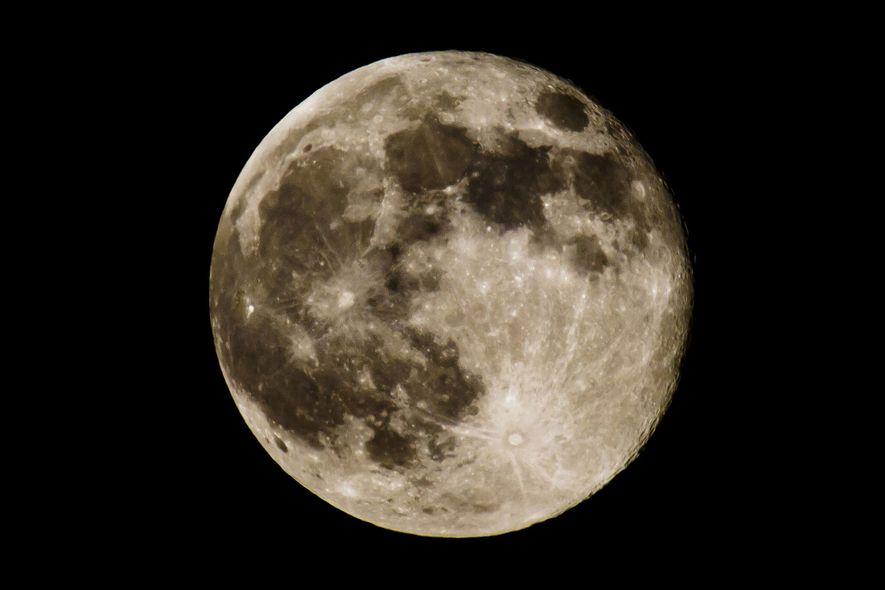 Uma Superlua é popularmente definida como uma Lua Nova ou Cheia que coincide com a órbita ...