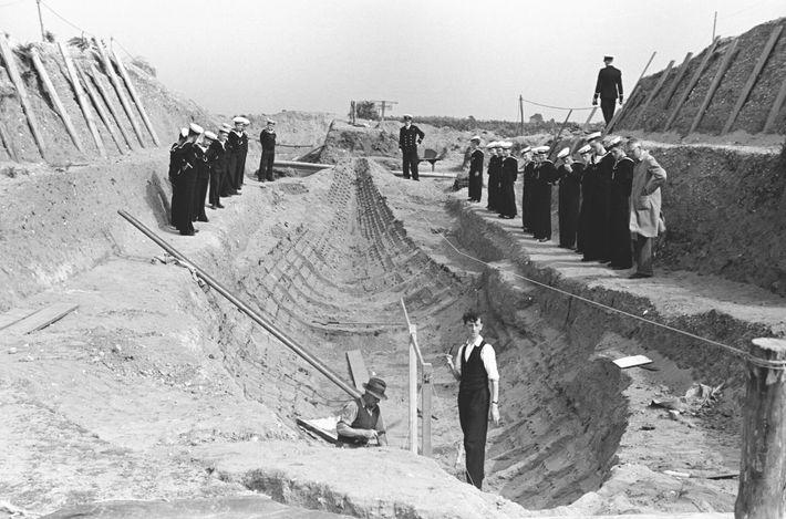 Uma foto da escavação original em Sutton Hoo mostra o que restou do navio de madeira ...