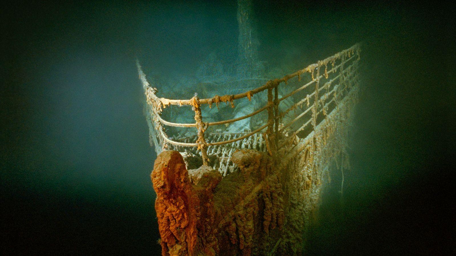 A proa enferrujada do Titanic repousa no fundo do Atlântico Norte.