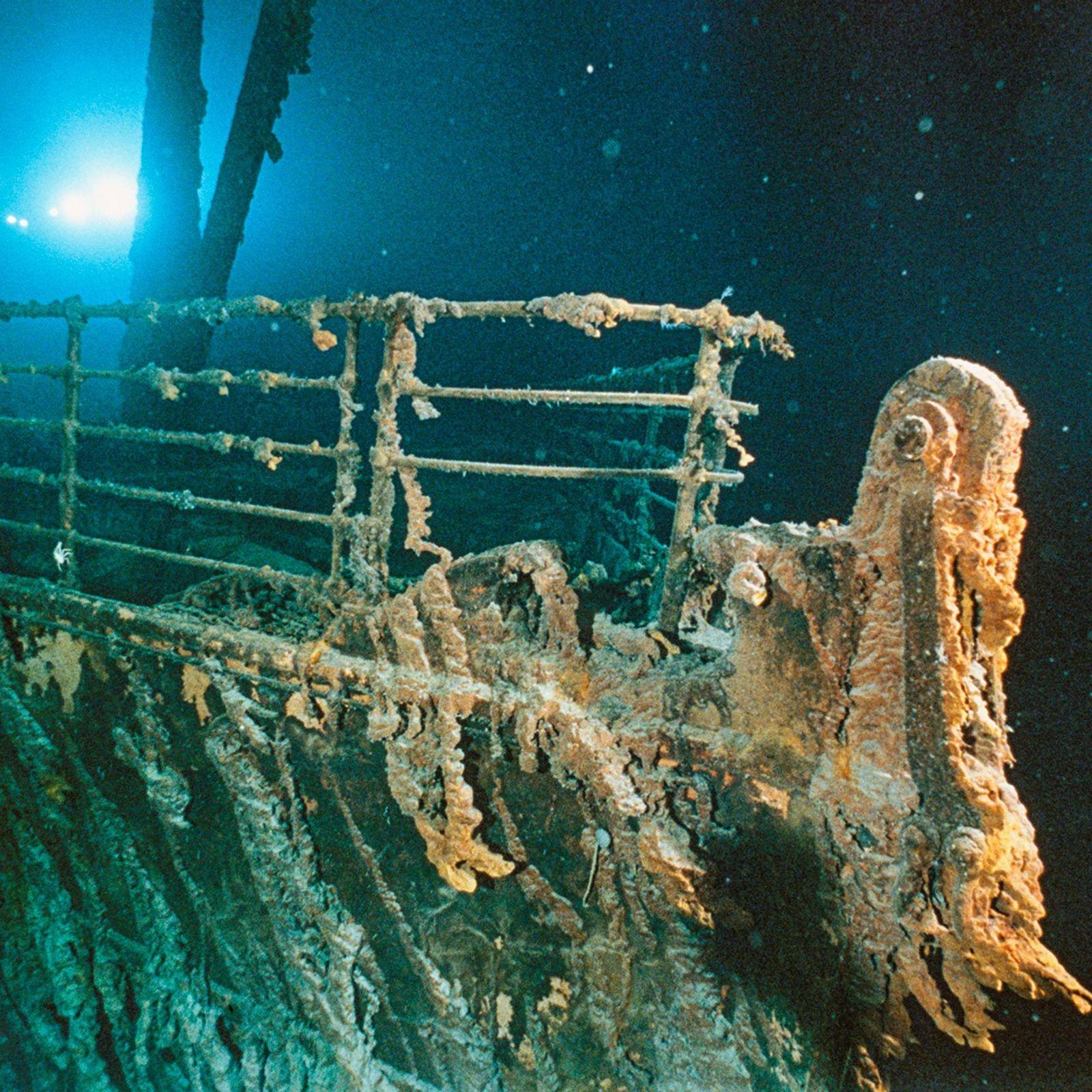 As luzes de um submersível dão um brilho fantasmagórico à proa enferrujada do RMS Titanic. O ...