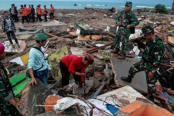As pessoas vasculham os escombros após o tsunami mortal na província de Lampung, na Indonésia, em ...