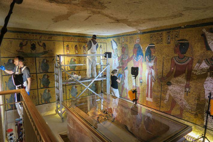 Uma equipe científica realiza trabalhos de conservação na câmara funerária de Tutancâmon em 2016.