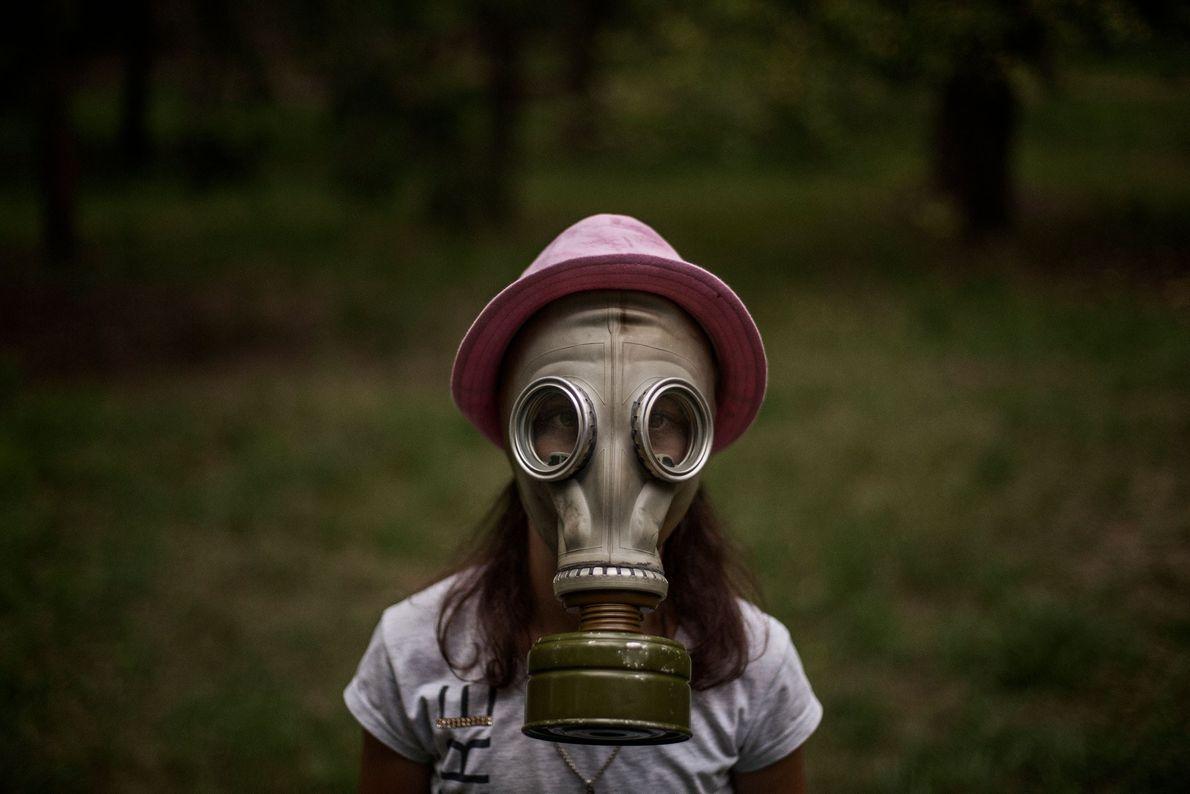 Yelena Shevel, 10 anos, que sonha em se tornar veterinária, aprende a colocar máscara de gás ...