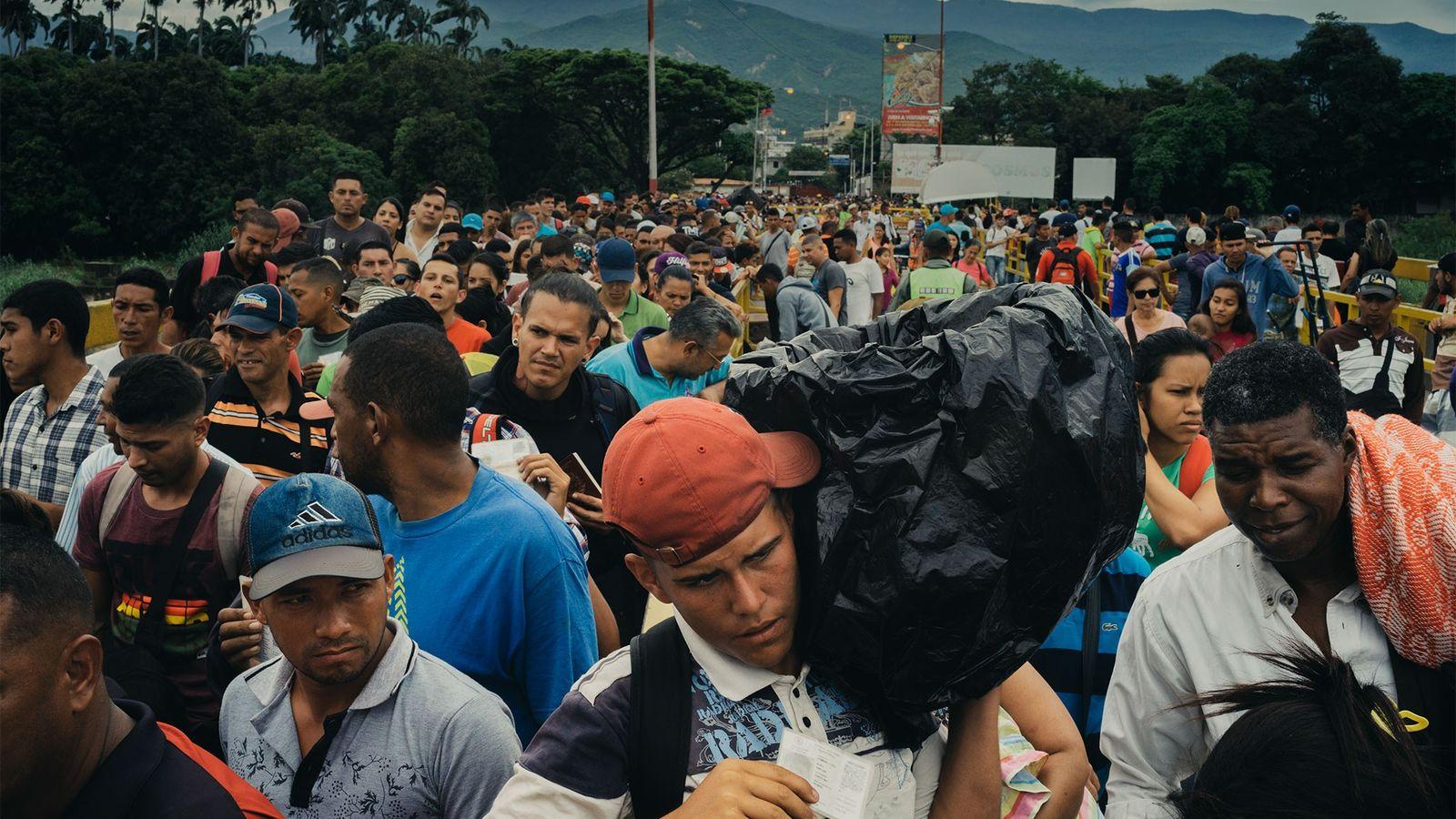 Todos os dias, milhares de refugiados venezuelanos atravessam a ponte Simón Bolívar em Cúcuta, na Colômbia.