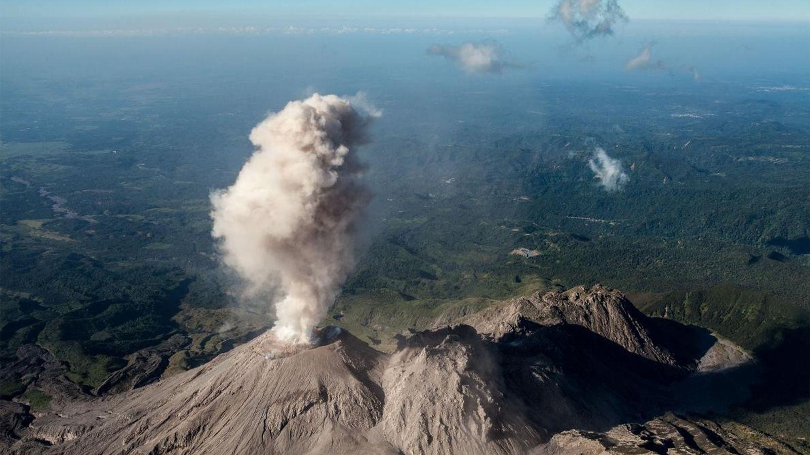 Cinzas do domo de lava Caliente. O domo faz parte do complexo de Santiaguito, um dos ...