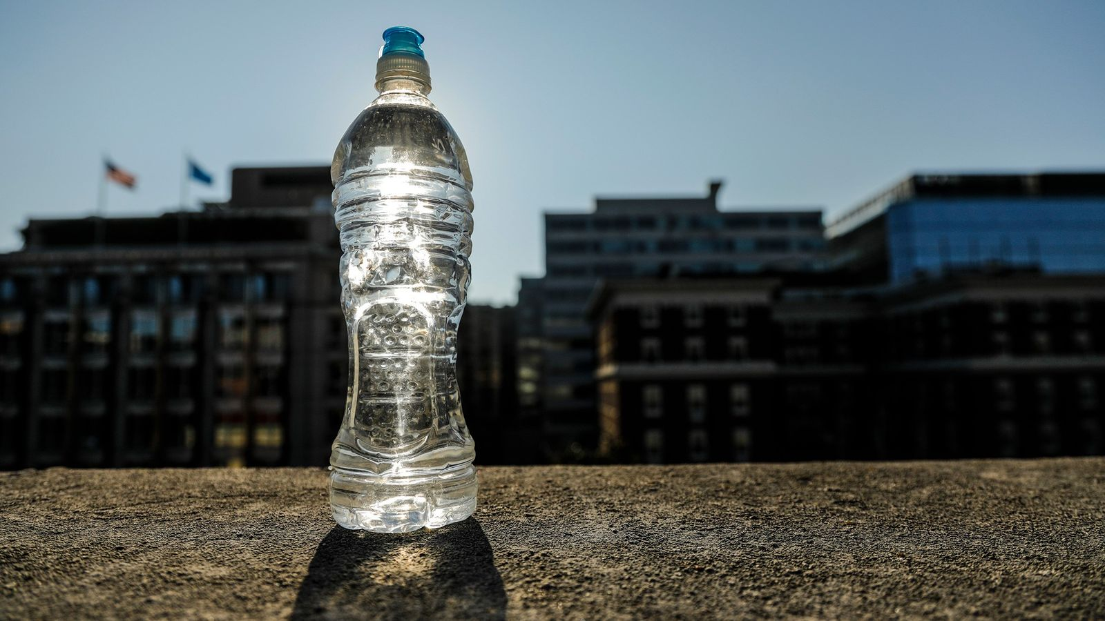 Beber água de uma única garrafa d'água exposta ao sol quente não vai fazer mal, mas ...