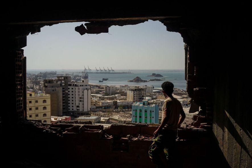 Um soldado iemenita com uma milícia separatista apoiada pelos Emirados lembra o ataque de 2015 na ...