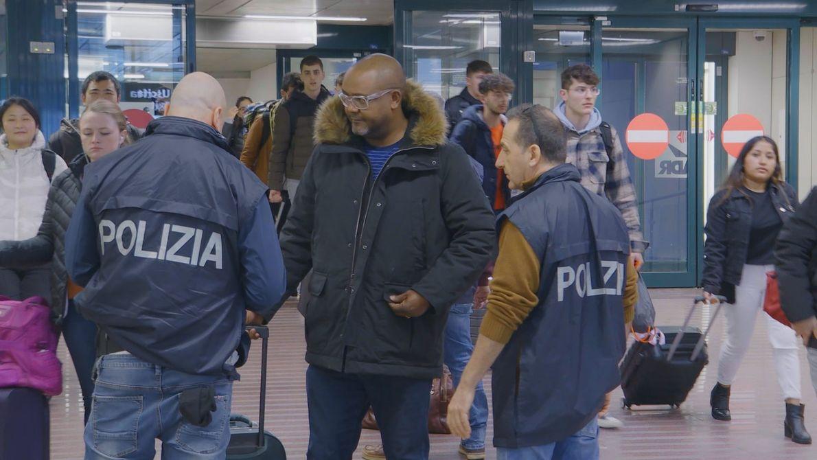 Considerado suspeito, este passageiro édetido para averiguação pelos policiais italianos no Aeroporto Internacional Leonardo Da Vinci ...