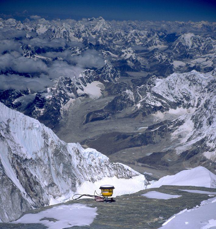 Em 1999, uma expedição dos Estados Unidos colocou um receptor GPS no pico do Monte Everest ...