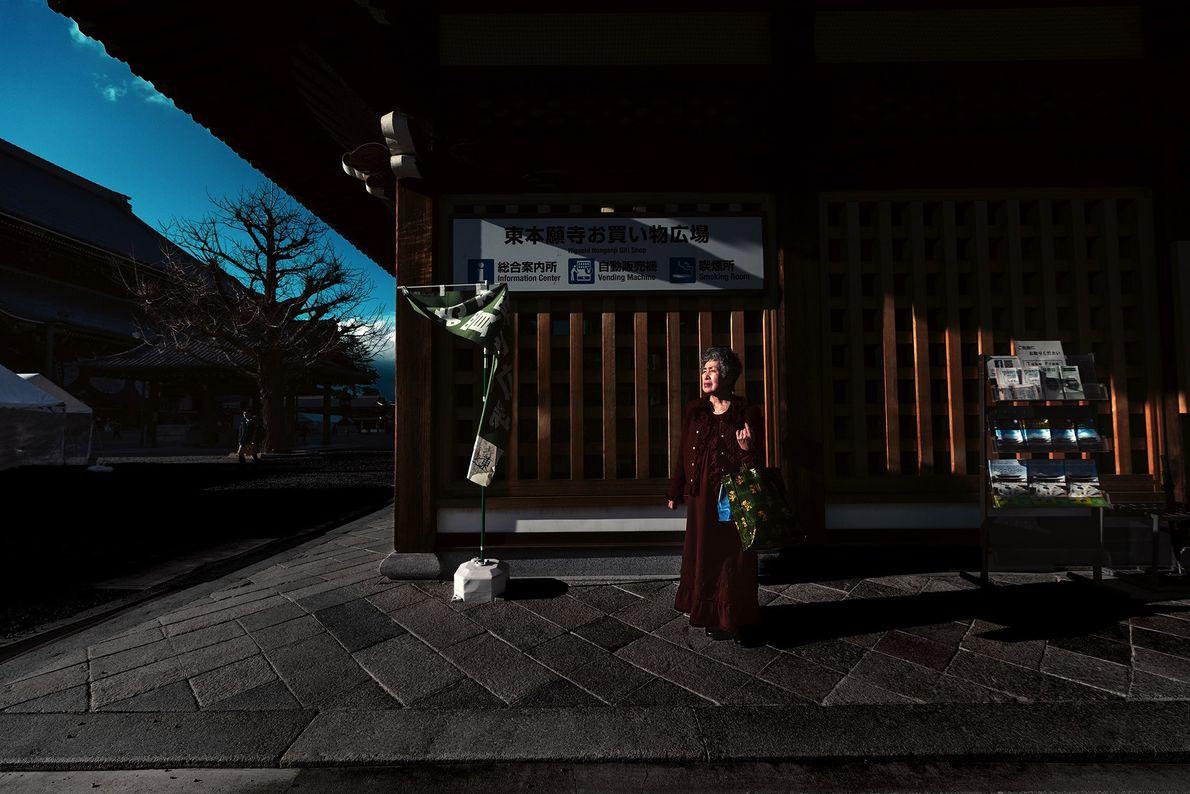 Mulher parada no Templo Higashi Hongan-ji. Saindo da Estação de Quioto, uma caminha de cinco minutos ...