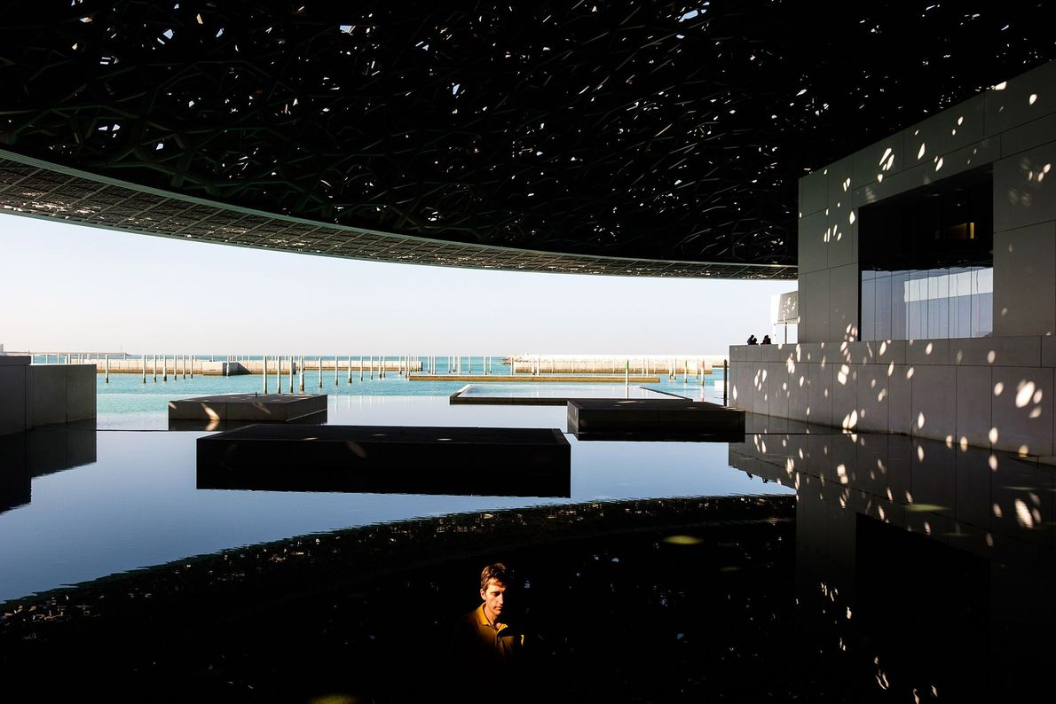 """O Louvre Abu Dhabi é um museu que exibe obras da pré-história aos dias atuais. """"A ..."""
