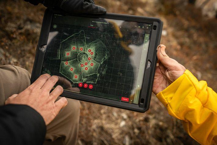 Durante o percurso que leva até o acampamento-base do Everest, a equipe de mapeamento aperfeiçoou seus ...