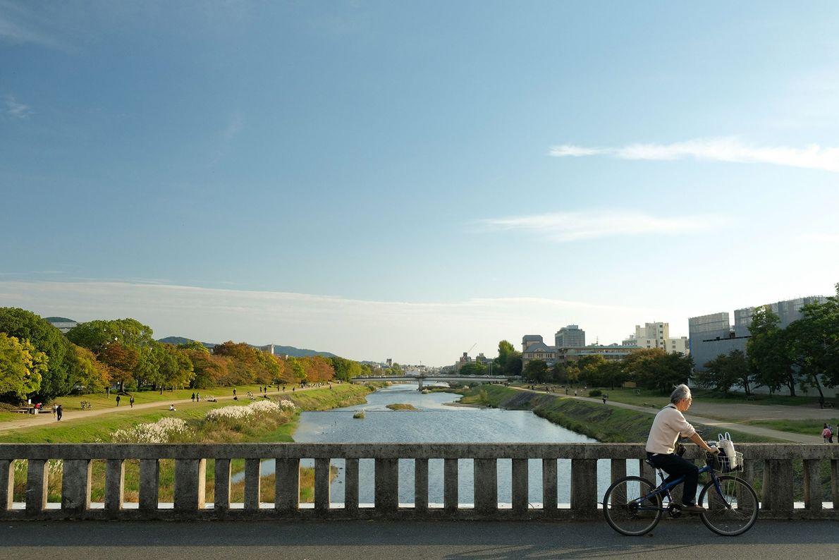 As margens do Rio Kamogawa, que percorre o centro de Quioto, formam um popular parque público ...