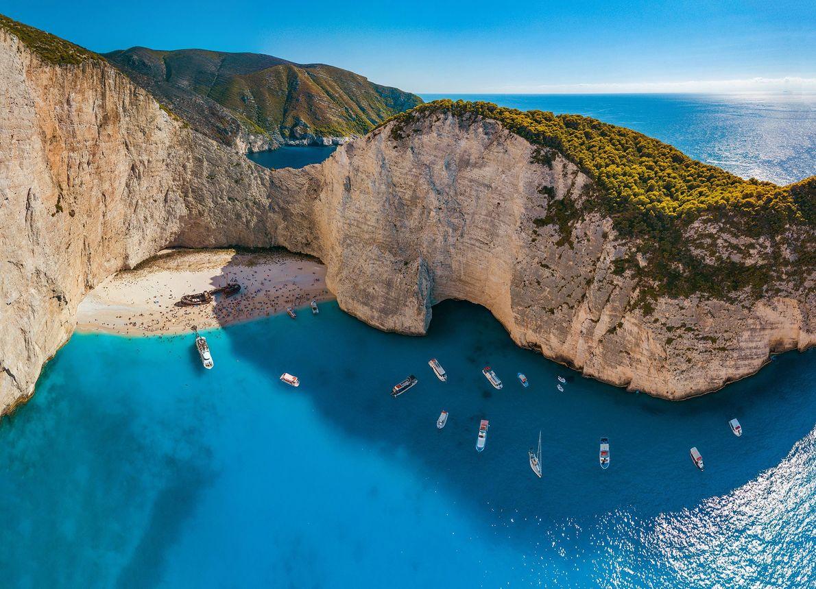 ZAKYNTHOS, GRÉCIA Turistas atracam seus barcos próximo da ilha grega de Zakynthos, também conhecida como ilha de ...