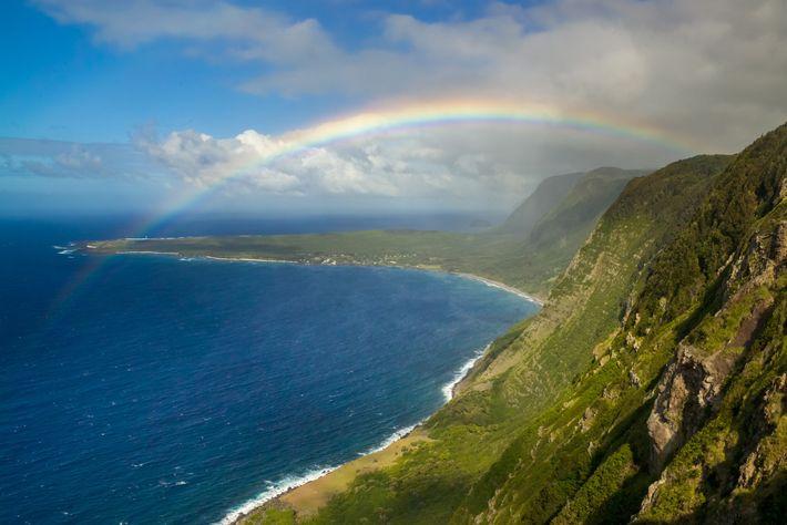 Um arco-íris emoldura a península de Kalaupapa, em Molokai, lar da colônia que já abrigou pacientes com ...