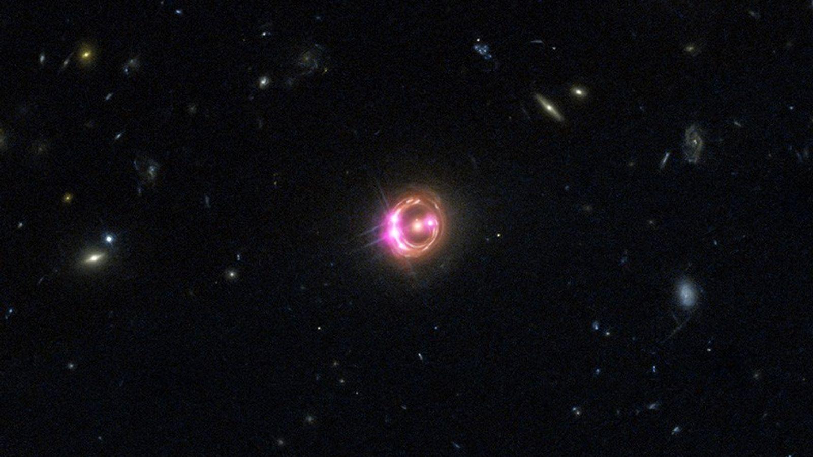 Diversas imagens de um quasar distante são visíveis nesta visualização combinada do Observatório de Raios-X Chandra ...