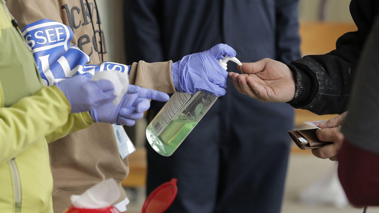 Nesta foto de 27 de março de 2020, um paciente recebe álcool em gel ao chegar ...