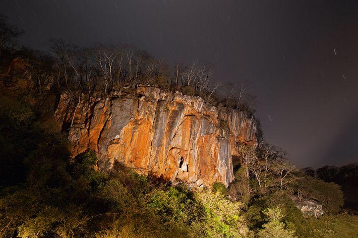 Caverna na zona rural de Lagoa Santa, onde as escavações de dezenas de esqueletos humanos vêm ...