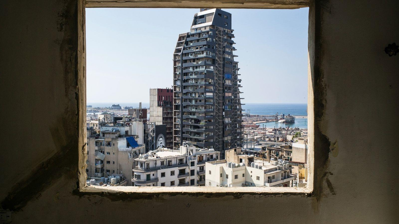 A janela de uma casa danificada no bairro de Geitawi, em Beirute, no Líbano, emoldura a ...