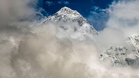 Pico do Monte Everest envolto em nuvens das monções durante a temporada de escalada de 2019. ...