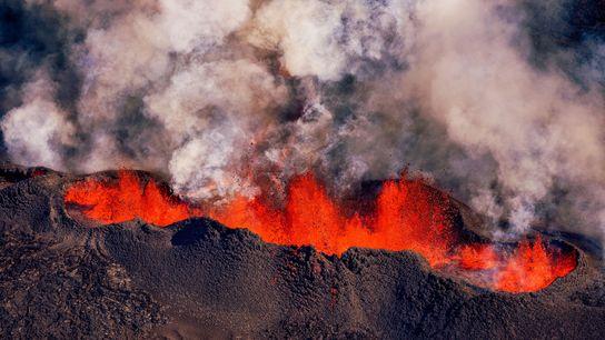 Lava é lançada durante uma erupção da fissura Holuhraun no vulcão Bardarbunga na Islândia. Pesquisadores que ...
